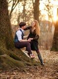 Romantisches Datum des Liebens von jungen Paaren im klassischen Kleid in den Märchen Forest Park stockfoto