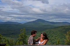 Romantisches Datum an einem Berg Stockbilder