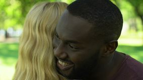 Romantisches Datum von den glücklichen Mischrassepaaren, die oben im Park, Abschluss lächeln und umarmen stock footage