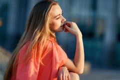 Romantisches Foto des jungen blonden Mädchens Stockfoto