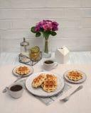 Romantisches Frühstück für zwei Valentinsgruß `s Tag Lizenzfreies Stockbild