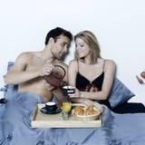 Romantisches Frühstück im Bett Lizenzfreie Stockbilder