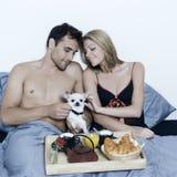Romantisches Frühstück im Bett Stockfoto