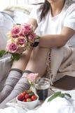 Romantisches Frühstück im Bett Ein Blumenstrauß von Rosen und von wohlriechenden Morgenkaffee Frische Erdbeeren Gutenmorgen, im z stockbilder