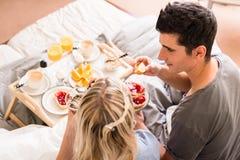 Romantisches Frühstück mit Orangensaft und Kaffee Lizenzfreie Stockfotos