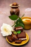 Romantisches Frühstück mit Weißrose und -schokolade Stockfotos