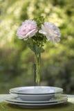 Romantisches Gedeck mit rosa Pfingstrosen Stockfoto