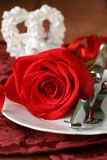 Romantisches Gedeck mit Rosen für den St.-Valentinsgruß Stockfotografie