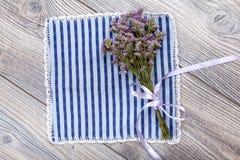 Romantisches Geschenk: einfacher Blumenstrauß auf hölzernem Hintergrund Stockfotografie