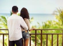 Romantisches glückliches Paar auf Balkon stockfotografie