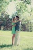 Romantisches glückliches Paar in der Liebe draußen genießend stockfotografie