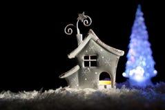 Romantisches Haus mit einer Weihnachtsbeleuchtung Stockbild