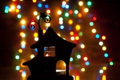 Romantisches Haus mit einer Weihnachtsbeleuchtung Stockfotos
