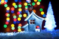 Romantisches Haus mit einer Weihnachtsbeleuchtung Stockbilder