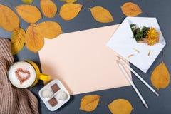 Romantisches Herbstmodell Blatt des beige Papiers, weiße Umschlag wi Stockbilder