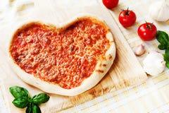 Romantisches Herz-geformte italienische Pizza Margherita Stockfotos