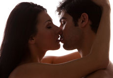 Romantisches junges Paar-Küssen Stockfoto