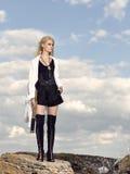 Romantisches junges schönes Mädchen mit einem Fernglas Lizenzfreie Stockfotos