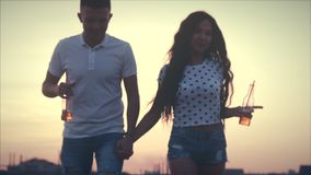 Romantisches Konzept, junges glückliches Teenages, das Spaß Freien, Hintergrund der Sonnenuntergang hat stock video footage