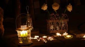 Romantisches Lied von einer Vielzahl von Kerzen und von Rosen stock video