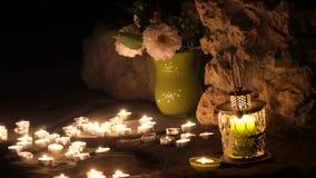 Romantisches Lied von einer Vielzahl von Kerzen und von Rosen stock footage