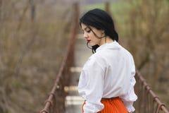 Romantisches Mädchen auf einer Brücke Lizenzfreie Stockfotos