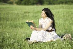 Romantisches Mädchen, das ein Buch liest Stockbild