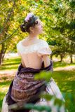 Romantisches Mädchen in einem Abendkleid, das Hände eines Schals hält Lizenzfreies Stockfoto