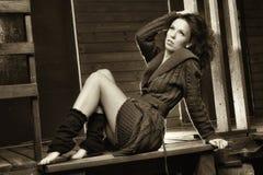 Romantisches Mädchen in einer Strickjacke auf dem Portal Lizenzfreie Stockfotos