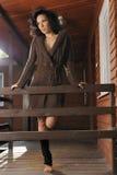 Romantisches Mädchen in einer Strickjacke auf dem Portal Lizenzfreies Stockbild