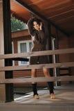Romantisches Mädchen in einer Strickjacke auf dem Portal Lizenzfreie Stockbilder