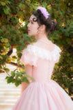 Romantisches Mädchen im guten Humor im Garten Lizenzfreie Stockfotos