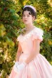 Romantisches Mädchen im guten Humor im Garten Stockfotografie