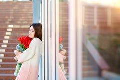 Romantisches Mädchen mit einem Blumenstrauß von roten Tulpen stockbilder
