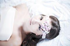 Romantisches Mädchenlügen Lizenzfreies Stockfoto