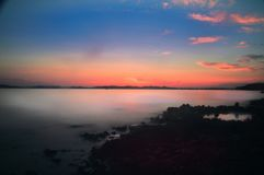 Romantisches Nachtmeer zum Collor-Himmel Stockbild