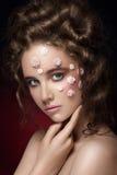 Romantisches nacktes junges schönes Mädchen mit weißen Blumen auf ihrem Gesicht Stockbild