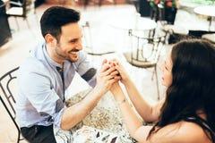 Romantisches Paarabbinden im Restaurant Stockbilder