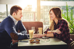 Romantisches Paarhändchenhalten an der Kaffeestube Stockbild
