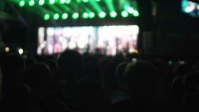 Romantisches Paarhändchenhalten am Konzert, gute Musik und Show auf Datum genießend stock footage