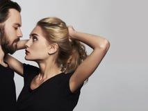 Romantisches Paarporträt Schönheit und gutaussehender Mann reizender Junge und Mädchen Stockfotos
