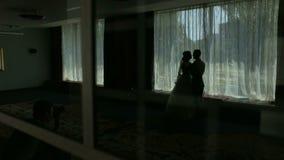 Romantisches Paarschattenbild nahe dem Fenster Glückliche Paare in der Weinlesekleidung stock footage