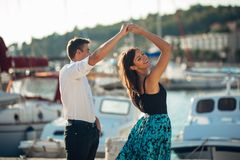 Romantisches Paartanzen auf der Straße Ein romantisches Datum haben Feiern des Jahrestages Rote Rose Geburtstags-Datum Stockbilder