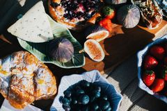 Romantisches Picknick des Sommers mit Feigen und Käse stockbild