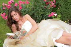 Romantisches Portrait der jungen Prinzen mit Buch Stockfotografie