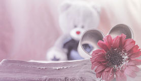 Romantisches Retro- Postkartenliebeskonzept, horizontal, Blume und Buch stockfotos