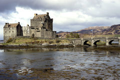 Romantisches Schloss unter stürmischem Himmel stockbild