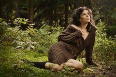 Romantisches und reizvolles Mädchen in einer Strickjacke Stockfoto
