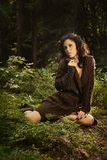 Romantisches und reizvolles Mädchen in einer Strickjacke Stockfotos