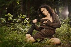 Romantisches und reizvolles Mädchen in einer Strickjacke Lizenzfreie Stockbilder